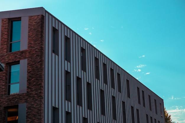여러 개의 대형 창문이있는 현대적인 건물