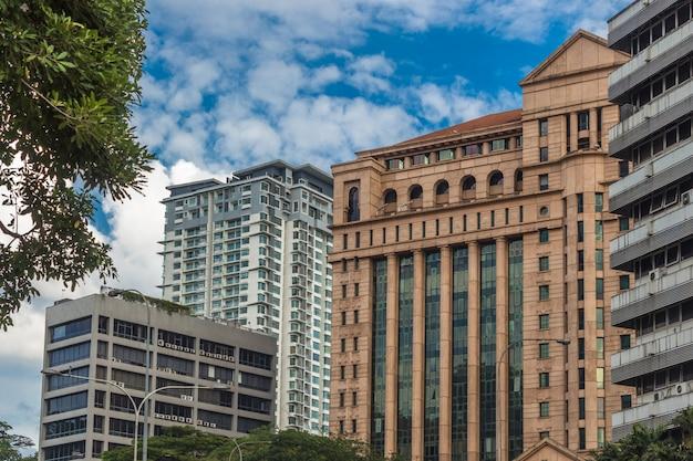 Современные здания и голубое небо в центре куала-лумпура