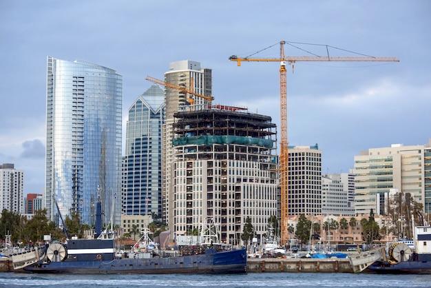 モダンな建物と米国サンディエゴのボート