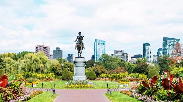 현대적인 건물과 보스턴시의 공원에 꽃