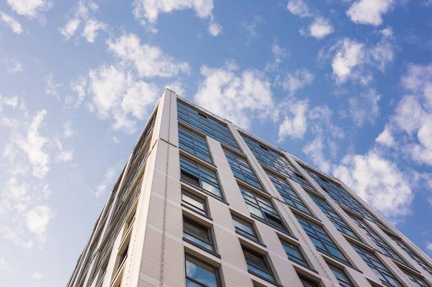 Современные здания, бизнес и концепция архитектуры - солнечный свет отражается на офисном здании.