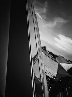 ガラスで作られた近代的な建物