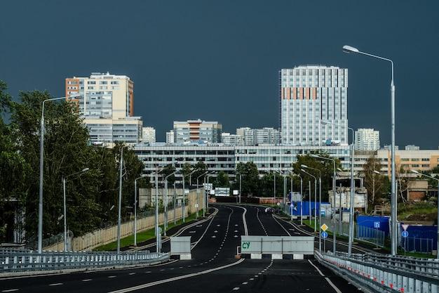Современные здания москвы под радугой.