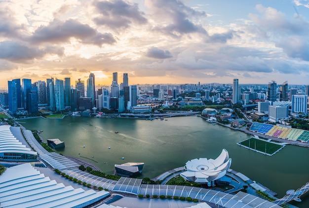 ビジネス地区のシンガポールのスカイライン風景の近代的な建物