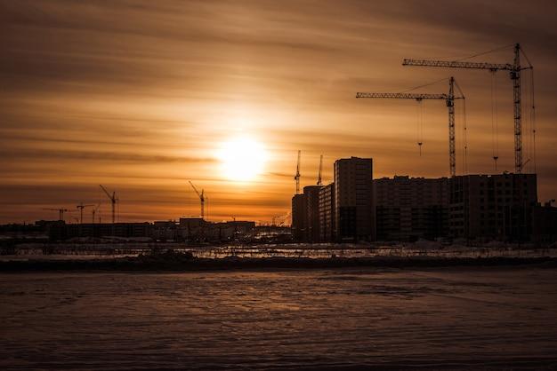 建設中の近代的な建物と大型クレーン新しい開発とクレーン