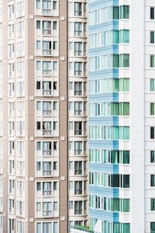 갈색과 흰색 외관을 가진 현대 건물