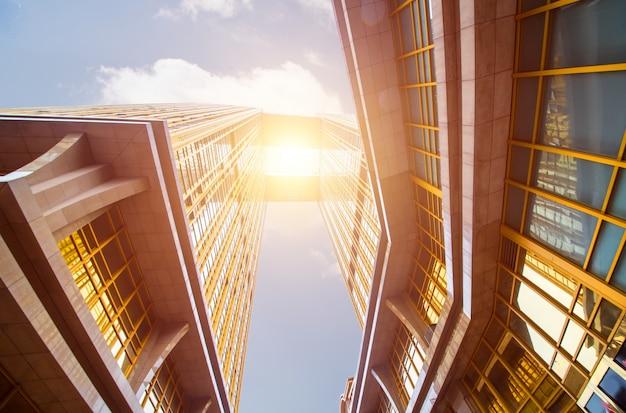 Edifici moderni, con linee gialle