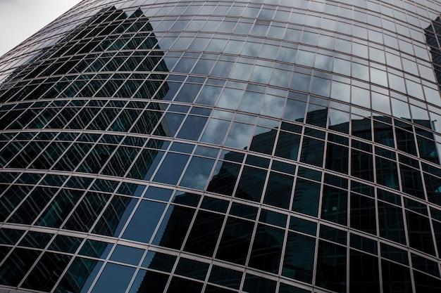 아래에서 위로 현대적인 비즈니스 건물