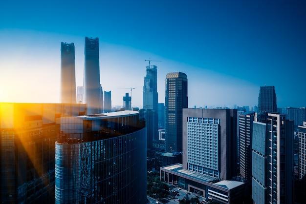 Современные деловые здания в финансовом районе