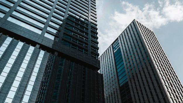 Современное здание бизнес-центра в солнечный день