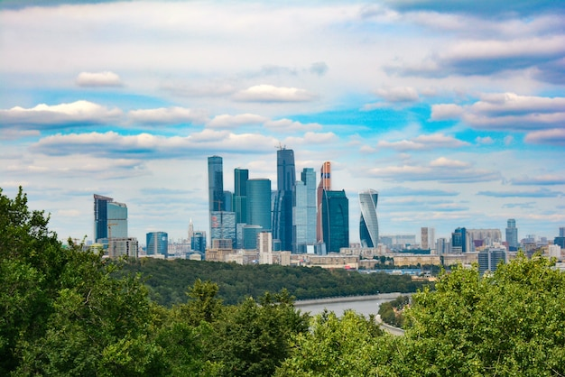 モスクワ市の近代的なビジネスセンターの建物