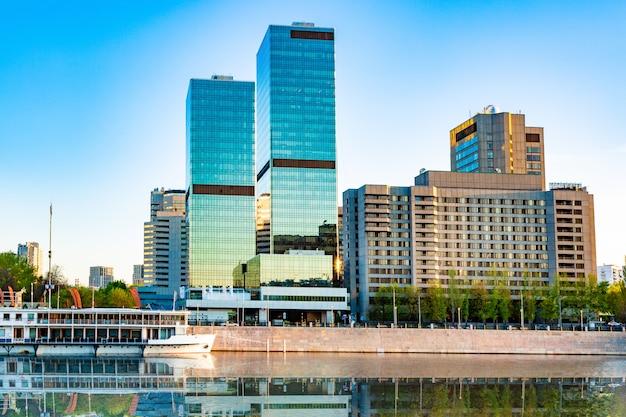 강둑에 현대 비즈니스 센터