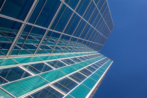 현대 비즈니스 사무실 건물 외관입니다.