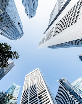 近代的なビジネスの高層ビル、高層ビル、空に昇る建築、太陽。