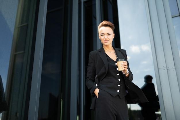 コピースペースが付いているオフィスの現代ビジネス女性