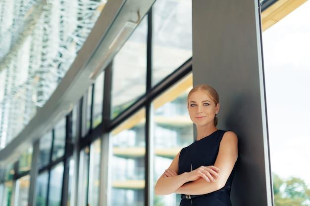Современная деловая женщина в офисе