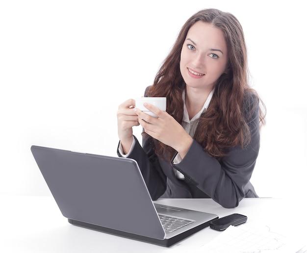 職場でコーヒーを飲みながら現代のビジネス女性。