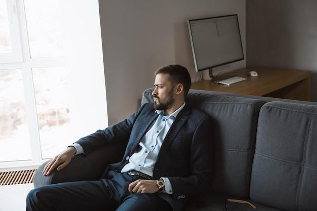 Современный предприниматель. уверенный в себе мужчина в костюме.