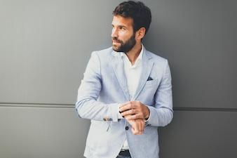 彼の時計を見て現代のビジネスマン