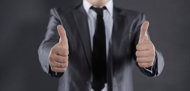 Современный бизнесмен показывает палец вверх