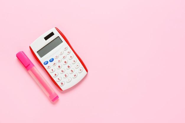 Современный калькулятор и маркер на цветной поверхности
