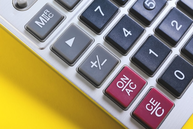Современный калькулятор на цветной поверхности, крупным планом