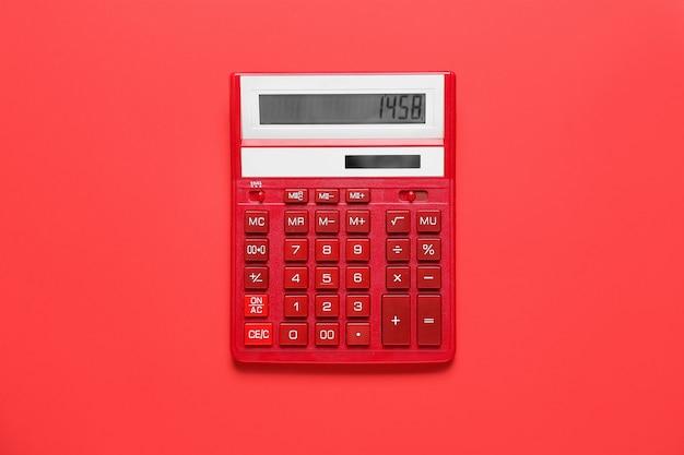Современный калькулятор на цветной поверхности