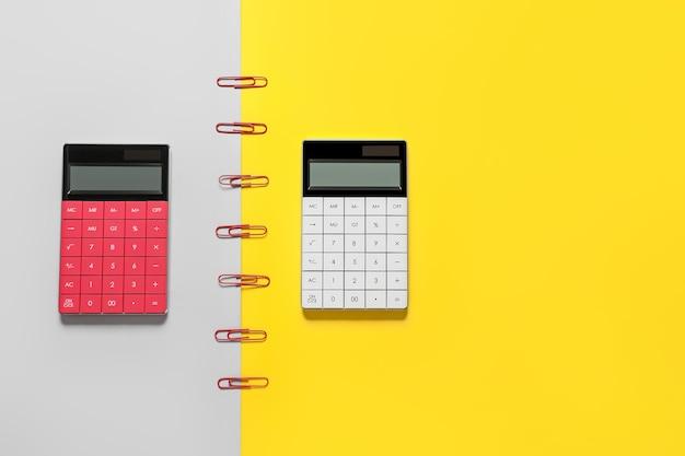 Современные калькуляторы на цветной поверхности