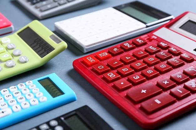 Современные калькуляторы на серой поверхности