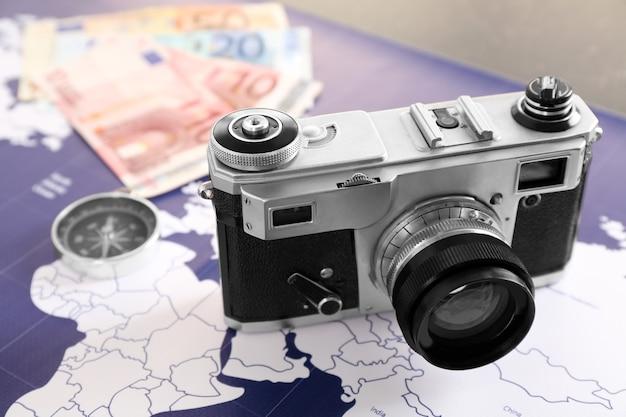 世界地図上の現代のカメラ。旅行のコンセプト