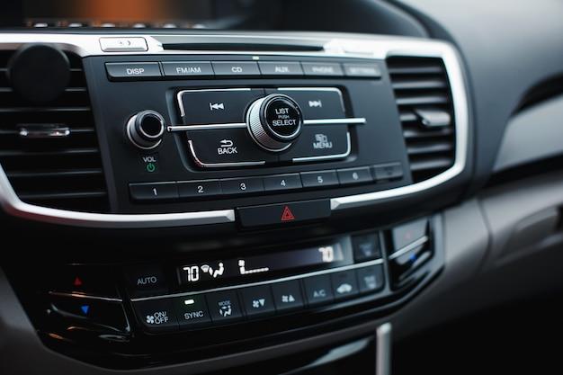 얕은 피사계 심도가 있는 운전자와 동승자를 위한 현대식 자동차 실내 온도 조절 패널 구역 실내 온도 조절기 차량 내부 디테일 멀티미디어 라디오 cd 컨트롤