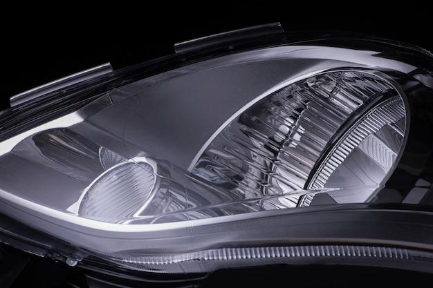 고립 된 검은 배경에 현대 자동차 헤드라이트입니다. 자른 사진