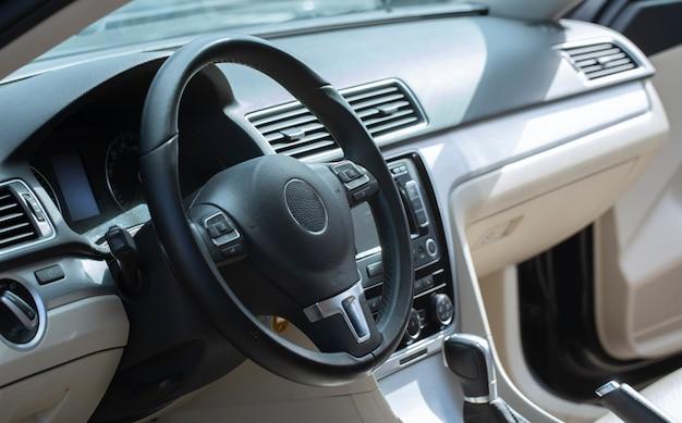 モダンな車内、運転席。ホワイトブラックレザーとメタル。