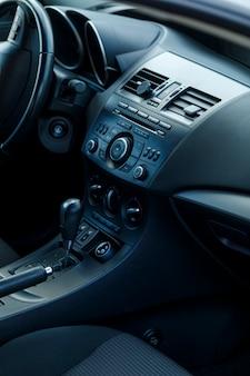現代の車のインテリアのセレクティブフォーカス。柔らかな色調の画像。壁紙に最適です。