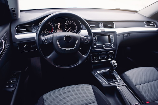 現代の車内、ステアリングホイール、ギアシフトレバー、マルチメディアシステム、ダッシュボード。