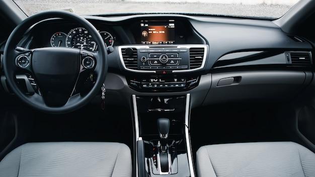 Интерьер современного автомобиля. рулевое колесо, рычаг переключения передач и панель приборов. деталь интерьера современного автомобиля. автоматическая ручка переключения передач.