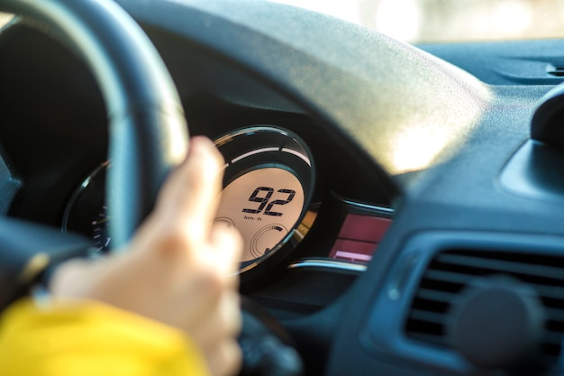 운전대에 드라이버 손으로 현대 자동차 인테리어. 안전한 운전 개념.