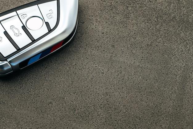 黒いコンクリートの床にモダンな車の鍵