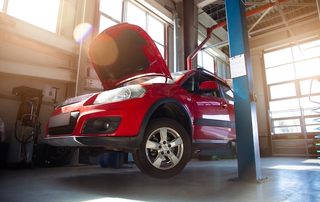 多数のリフトと診断およびサービス修理車用の専用機器を備えた最新の自動車修理ステーション