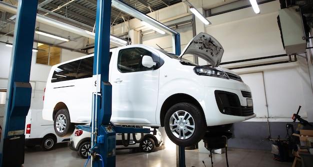 Современная автомастерская с большим количеством подъемников и специализированным оборудованием для диагностики и сервисного ремонта автомобилей.