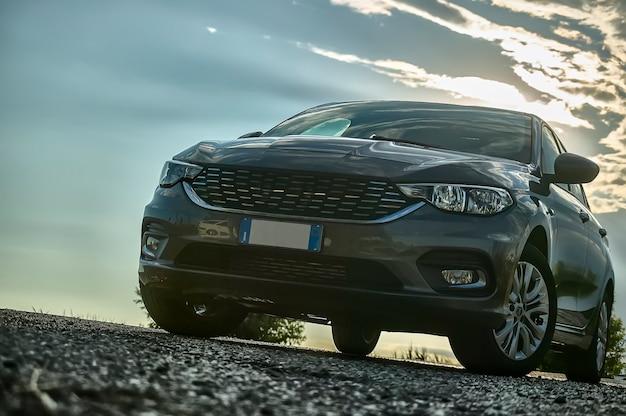 현대 자동차는 일몰과 대조되는 아름다운 빛으로 뒤에서 광각으로 아래에서 촬영했습니다.