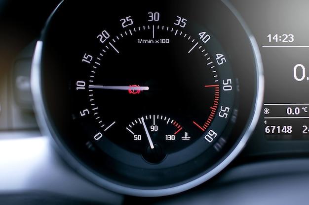 현대 자동차 회전 속도계를 닫습니다.