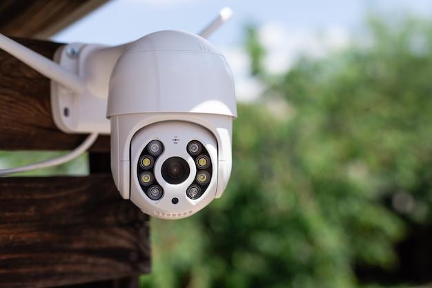 집 홈 보안 시스템의 뒤뜰에있는 현대 cctv 와이파이 감시 카메라