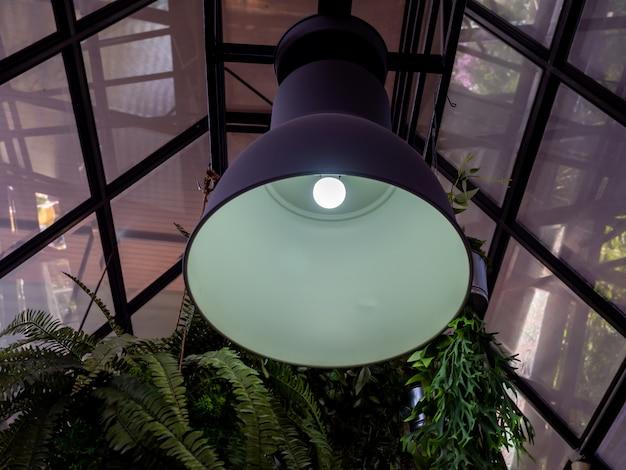 Современный потолочный светильник, свисающий с потолка
