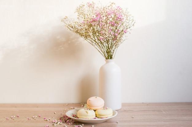 カスミソウと現代のセラミック花瓶。白い壁の背景。スカンジナビアのインテリア。