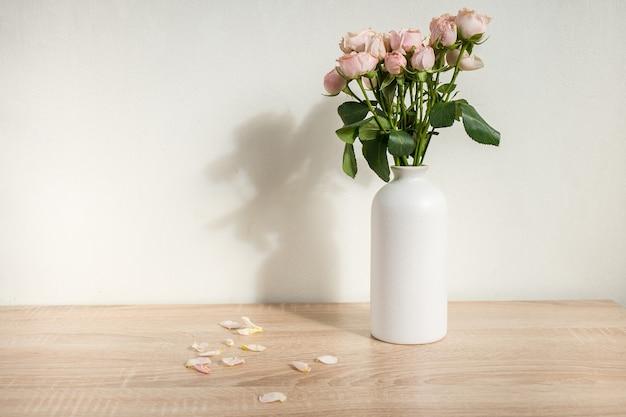 バラとモダンなセラミック花瓶白い壁の背景スカンジナビアのインテリア