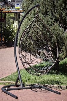 Современный шезлонг, подвесное кресло-яйцо для отдыха.