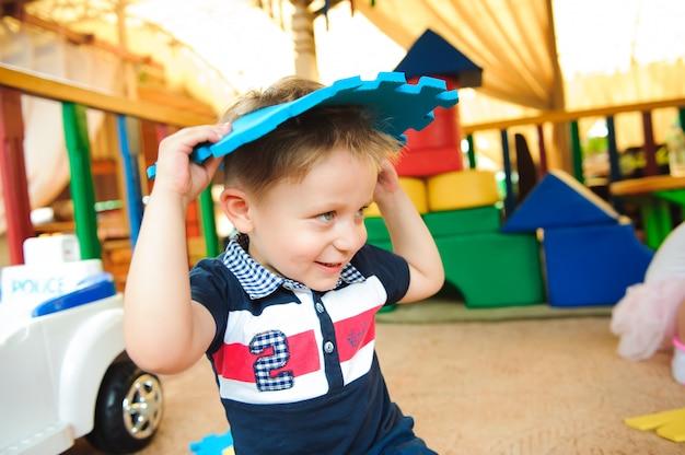 Современная детская площадка, крытый парк с игрушками.