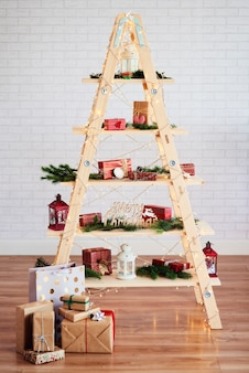 장난감 및 선물 현대 크리스마스 트리