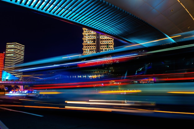 長時間露光モーション効果のある夜の近代都市